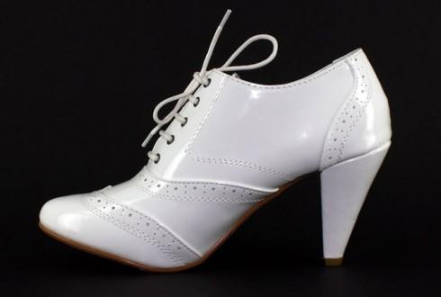 Des petites bottines blanches