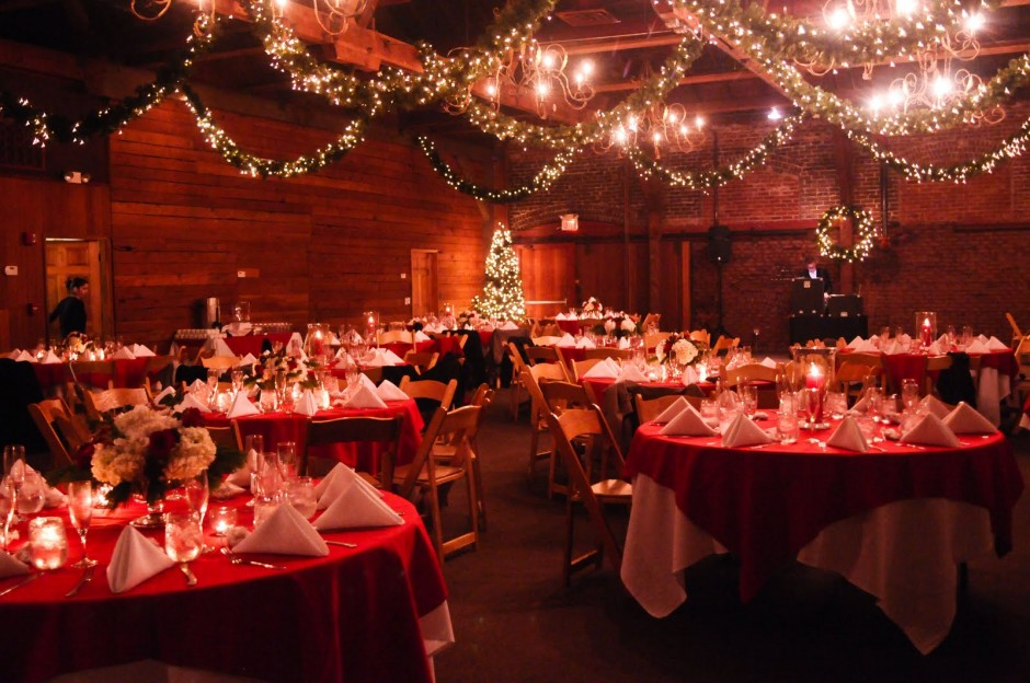http://blog.boutique-magique.fr/wp-content/themes/BlogBM-Theme/images/Christmas-Wedding-Stage-Simple-Decoration.jpg