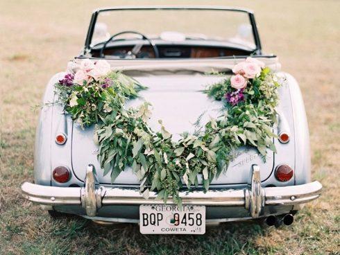 Fleurs comme décoration de voiture de mariés