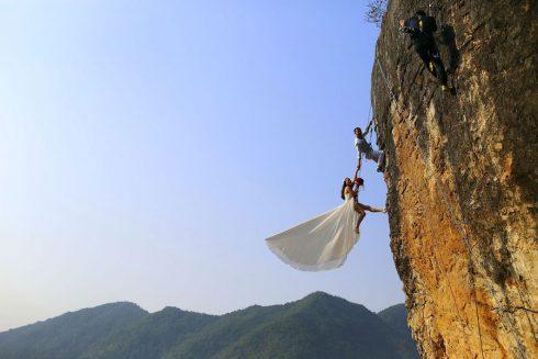 Le mari amateur d escalade et sa femme sur une falaise a Jinhua Chine