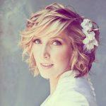 coiffure demoiselle dhonneur cheveux courts fleurs