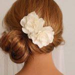 coiffure demoiselle dhonneur chignon bas fleurs