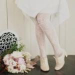 des collants avec une robe blanche