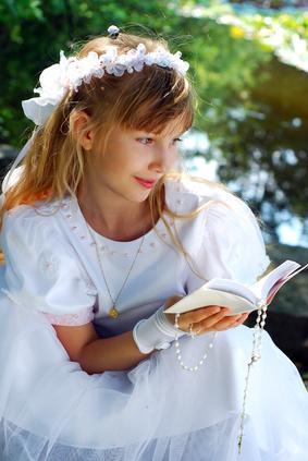 Une jeune fille en robe de communion