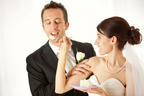 couple mange gateau mariage