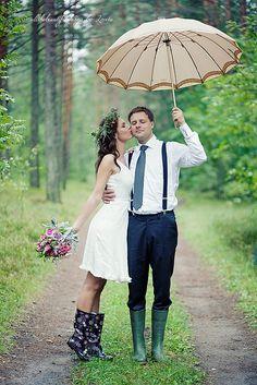 couple trash the dress parapluie