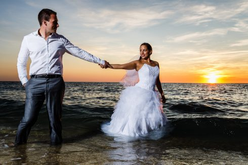 couple trash the dress plage
