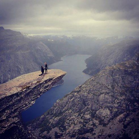 demande en mariage rocher montagne