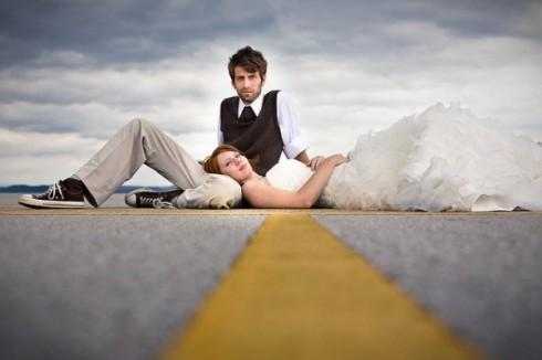 idée de photo de mariage en couple sur la route