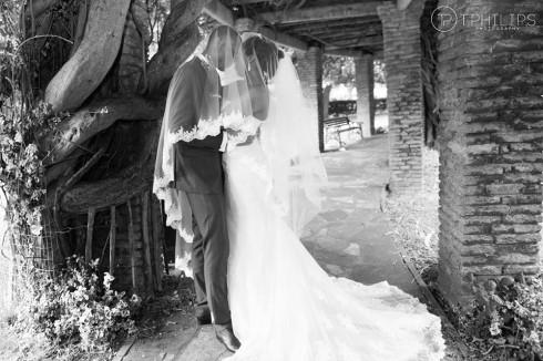 photo de mariage sous le voile de la mariée