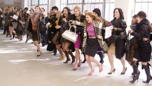 le-jour-des-soldes-femmes-en-mode-shopping