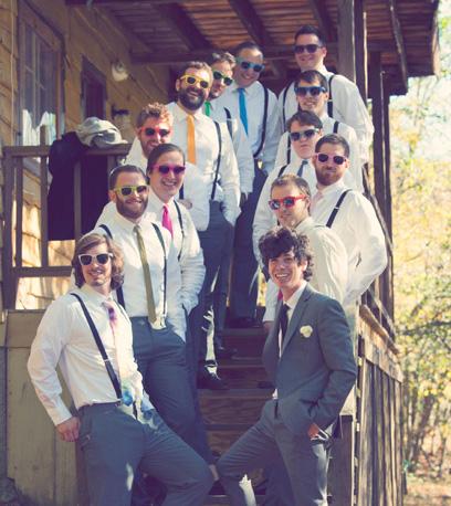 Mariés et invités avec lunettes de soleil
