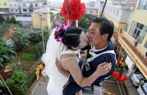 mariage insolite en balançoire