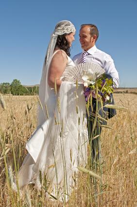 Couple de mariés dans un champ de blé, mariage provençale