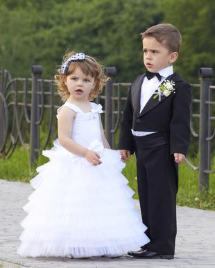 Enfant fille et garçon lors d'un cortège mariage
